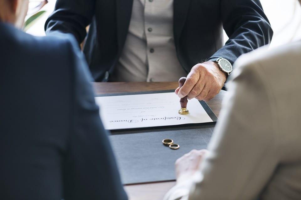 ¿Quién debe asumir los gastos de la vivienda familiar tras el divorcio?