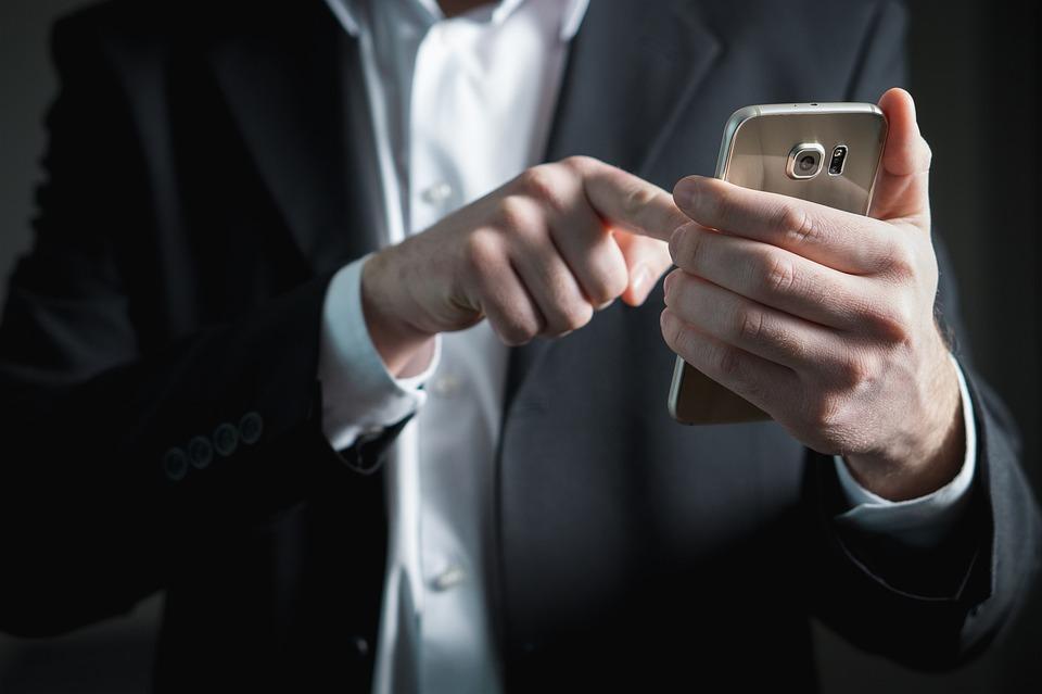 En caso de separación o divorcio, ¿pueden los padres revisar los móviles de sus hijos para controlar lo que hablan con el otro progenitor?.